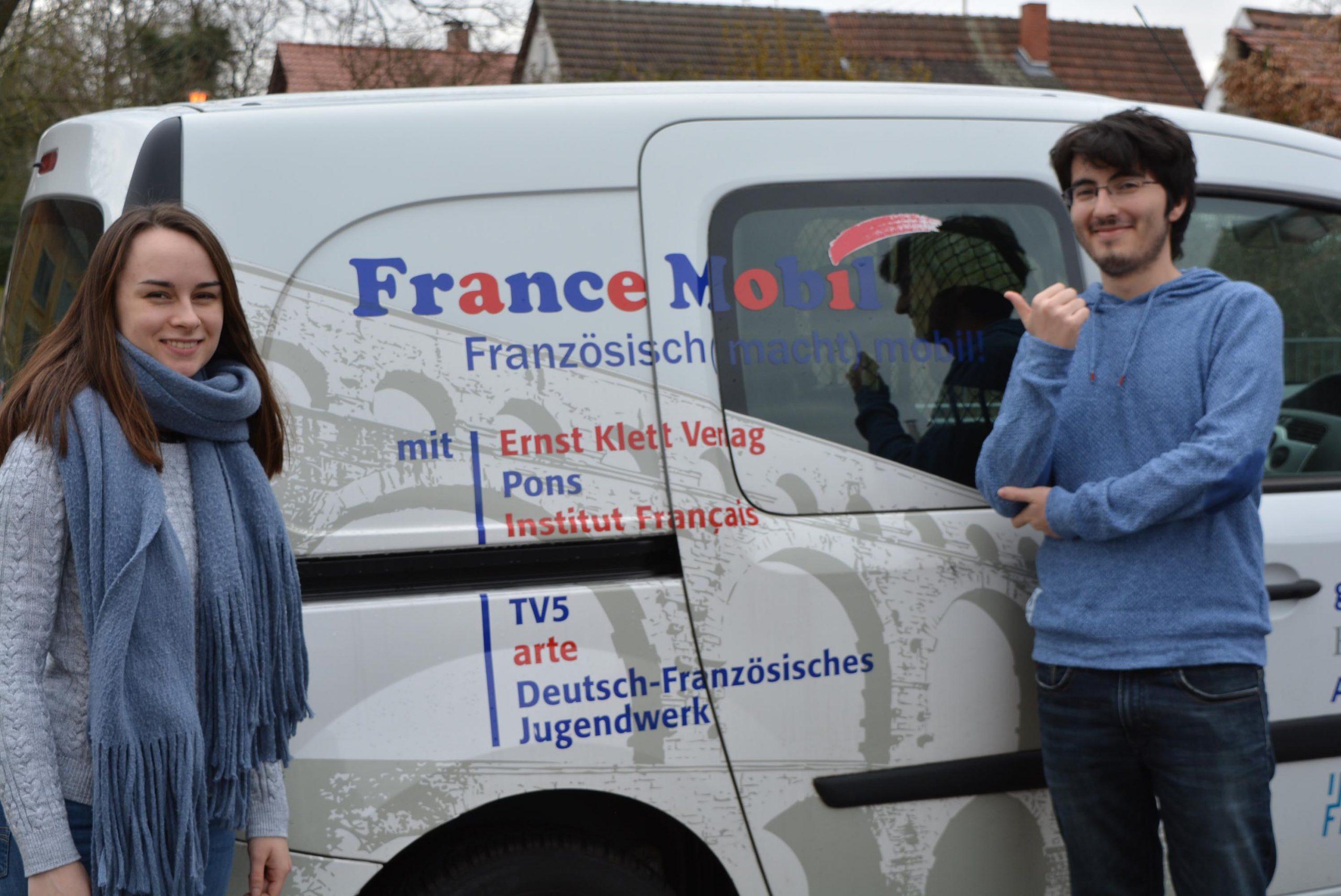 France MOBIL jungen Leute vor ihrem Fahrzeug in Edingen-Neckarhausen