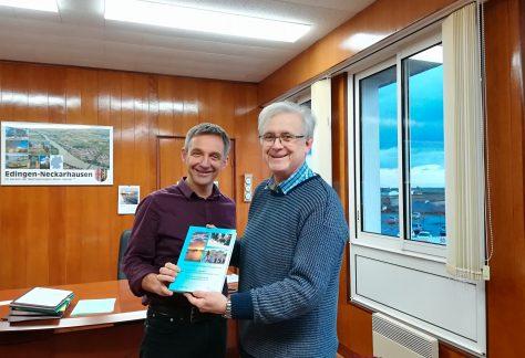 Erwin Hund stellt das Buch über die Städtepartnerschaft zwischen Plougerneau und Edingen-Neckarhausen vor