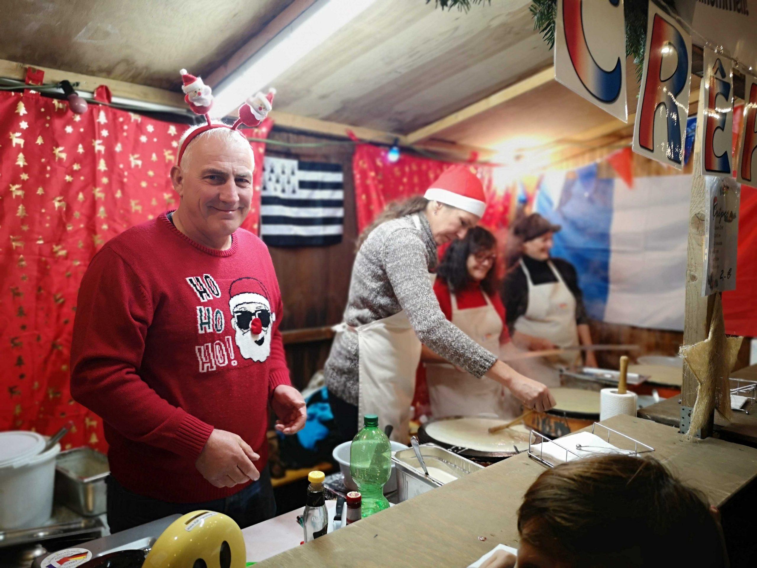 Die Mitglieder der IGP e.V. bereiten auf dem Kinderweihnachtsmarkt Crêpes zu.