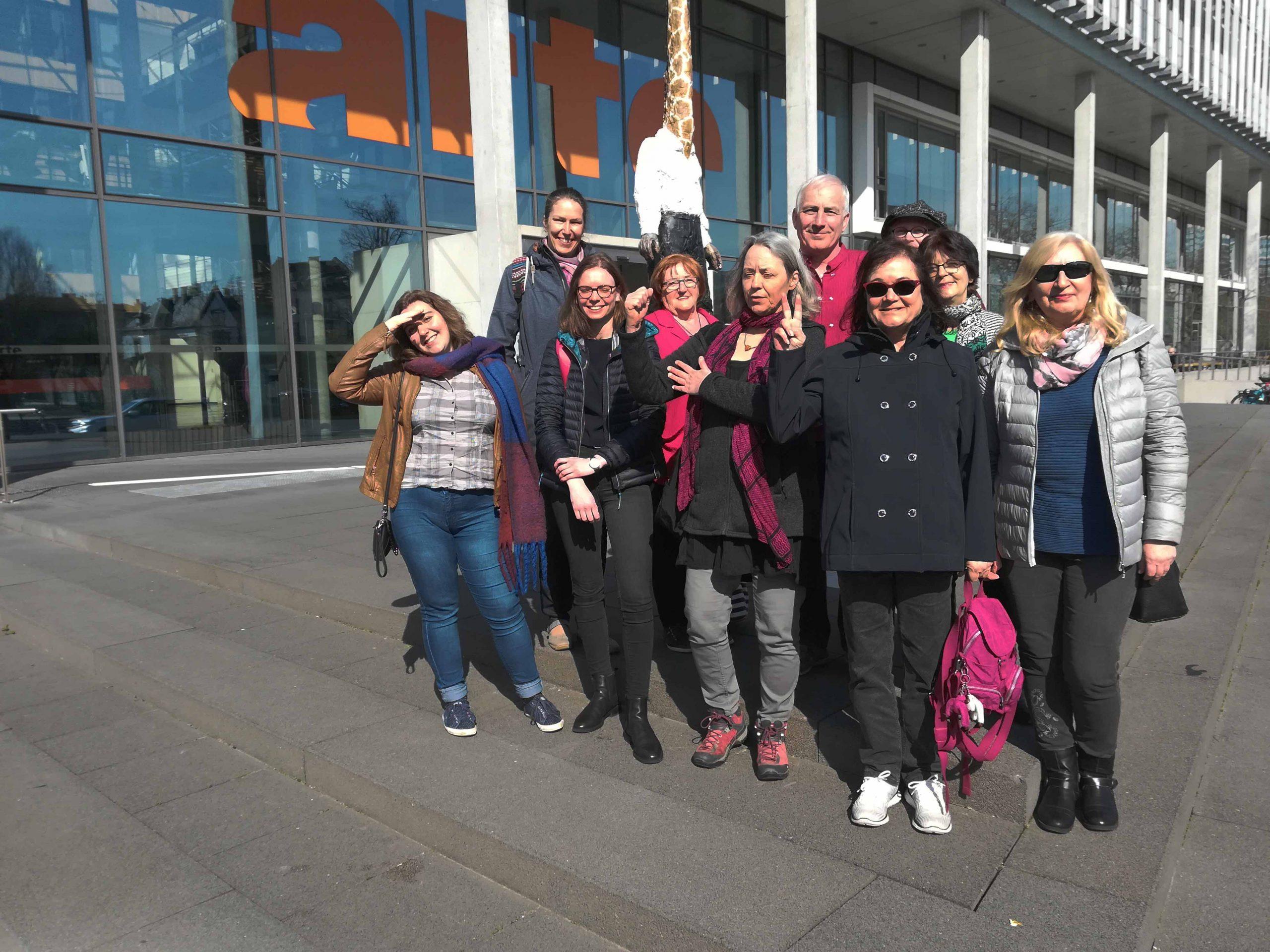 Die Mitglieder der IGP e.V. stehen vom Sitz des deutsch-französischen Fernsehsenders Arte.