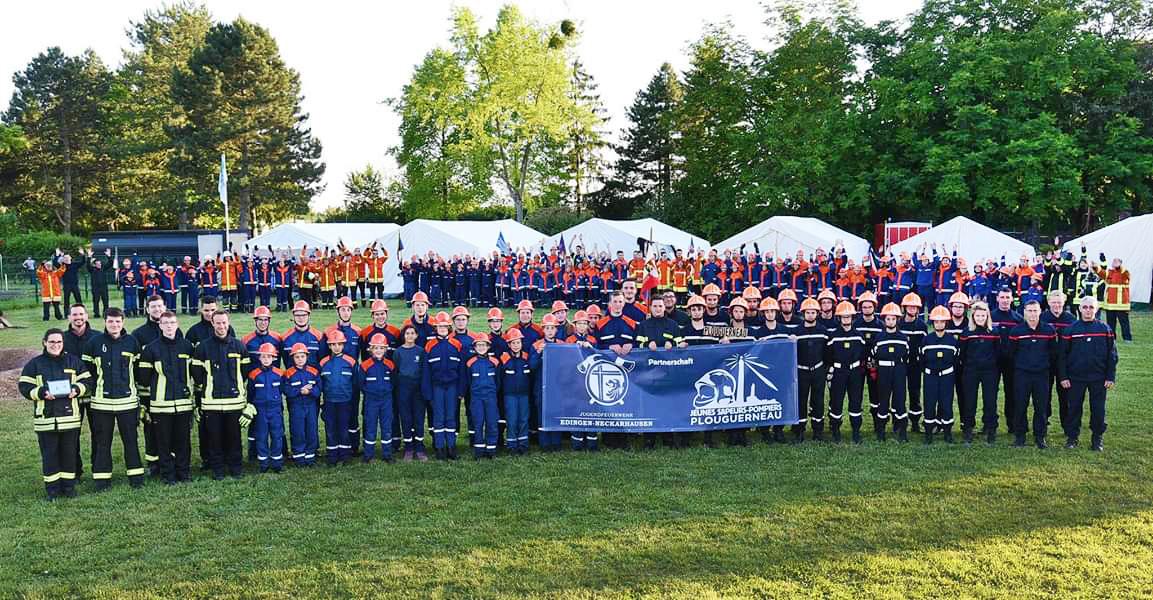 Junge Feuerwehr-Freiwillige lassen sich für die Gemeindepartnerschaft fotografieren