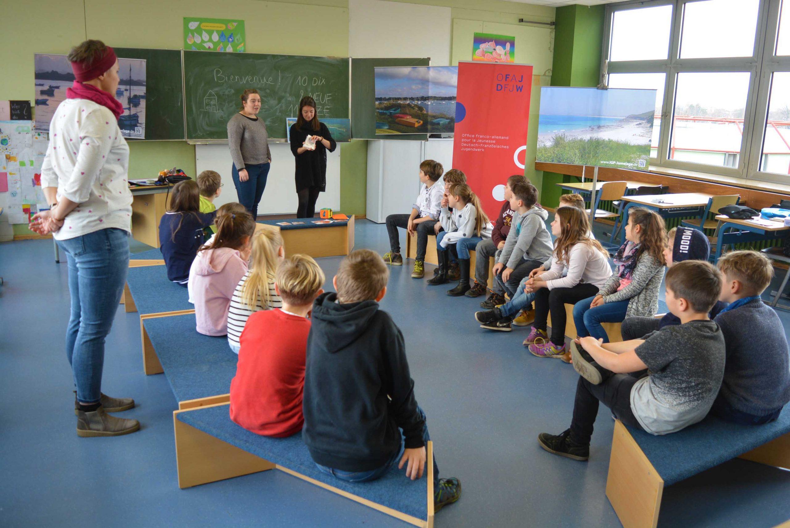 Die Kinder der Graf-von-Oberndorf-Schule konnten der sprachlichen Intervention der Leserin Ségolène Bulot und der Botschafterin Emma Iddir beiwohnen.
