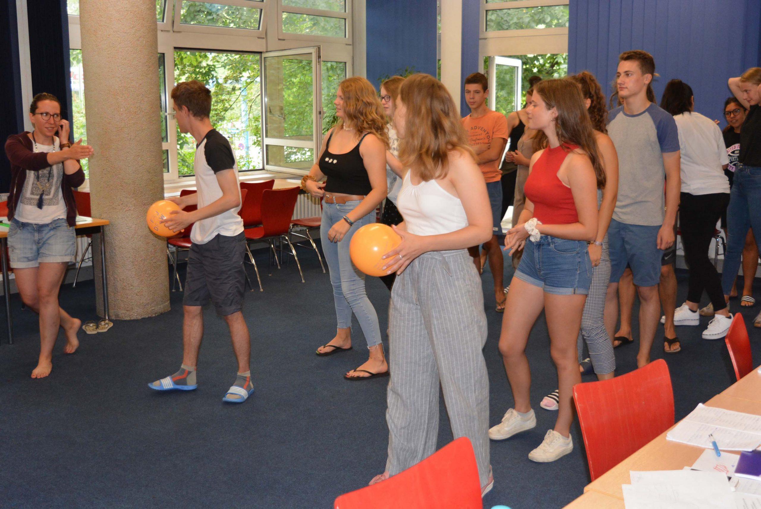 Französische und deutsche Jugendliche bei einem Sprachspiel.
