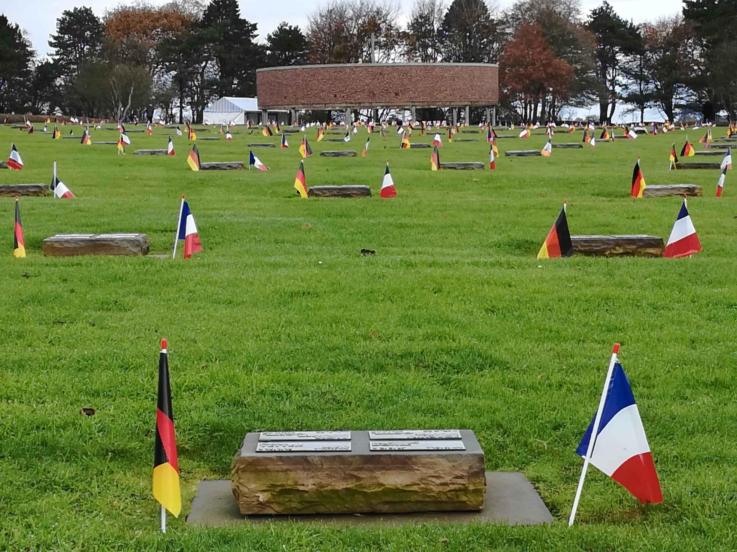 Zeremonie im deutschen Soldatenfriedhof von Ploudaniel-Lesneven