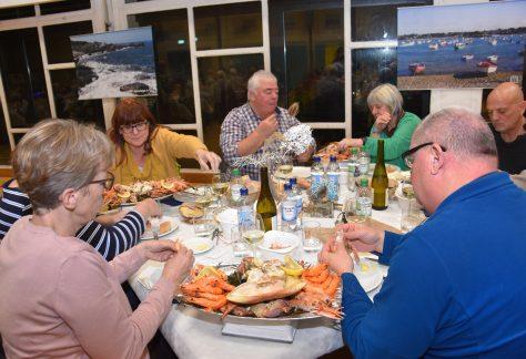 Die Mitglieder der IGP e.V. nehmen am Meeresfrüchteabend teil.