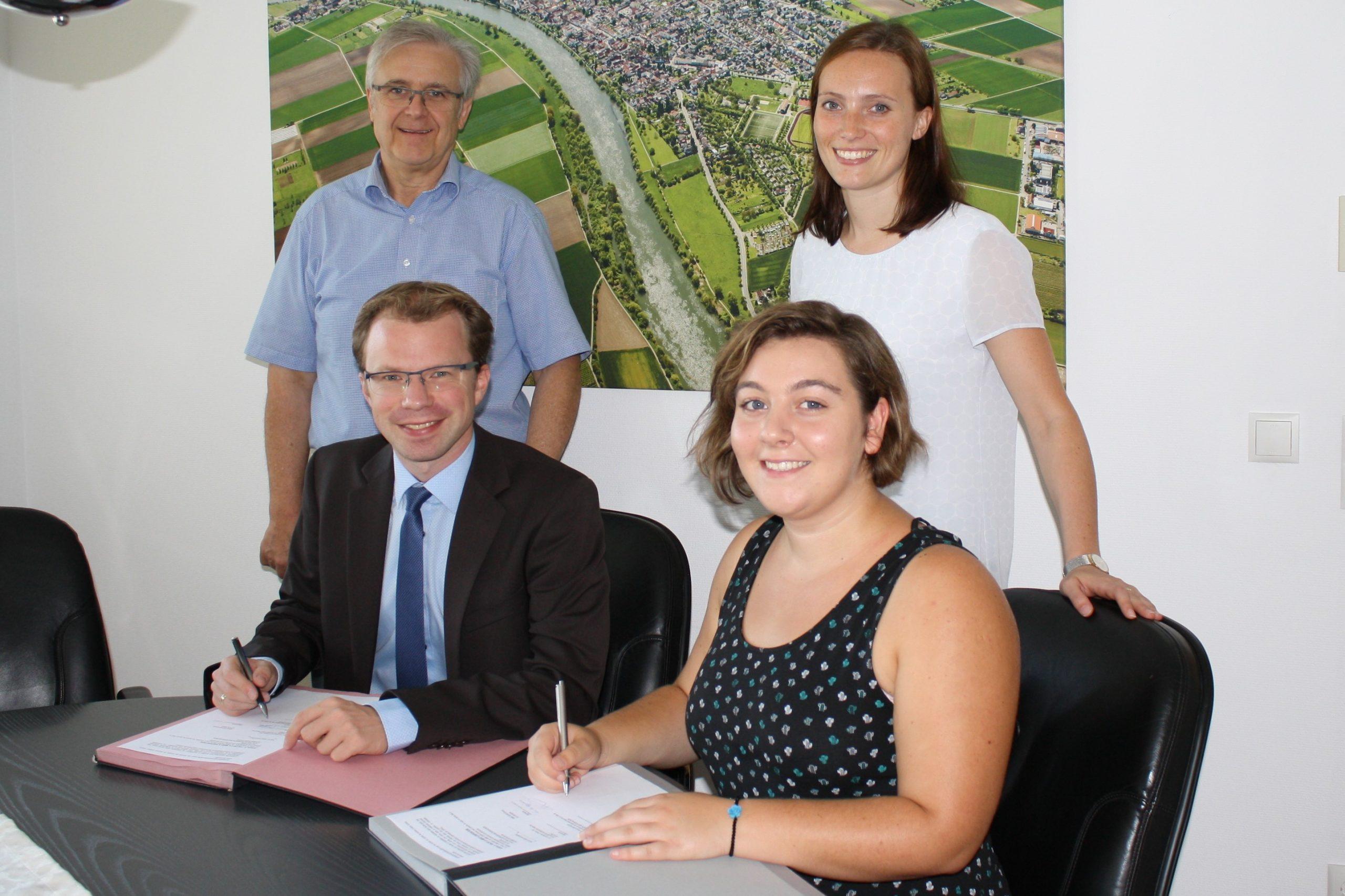 Signature du contrat de volontariat avec Emma et Monsieur Michler