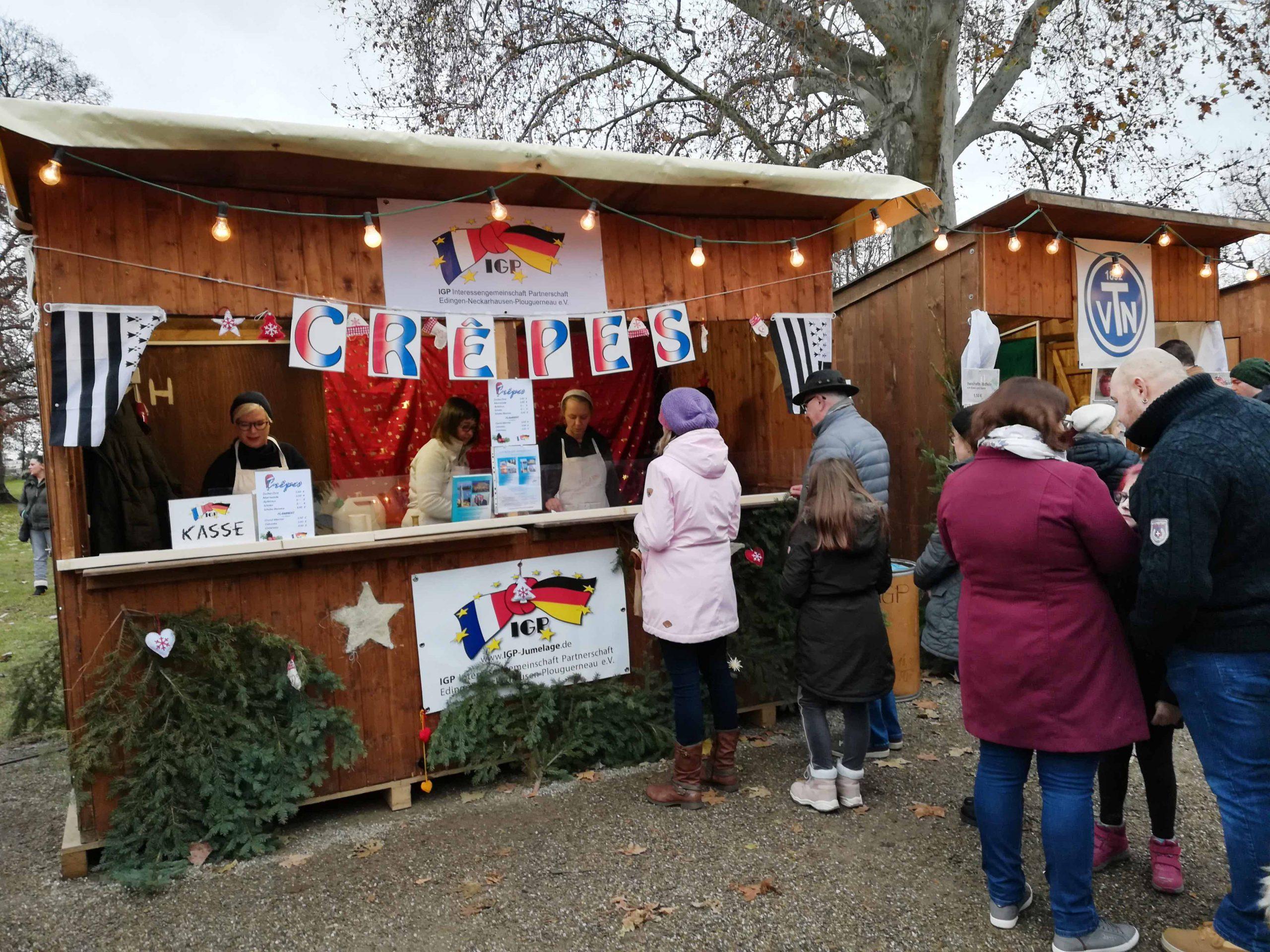 Le stand de l'IGP e.V. propose des crêpes au marché de Noël des enfants.