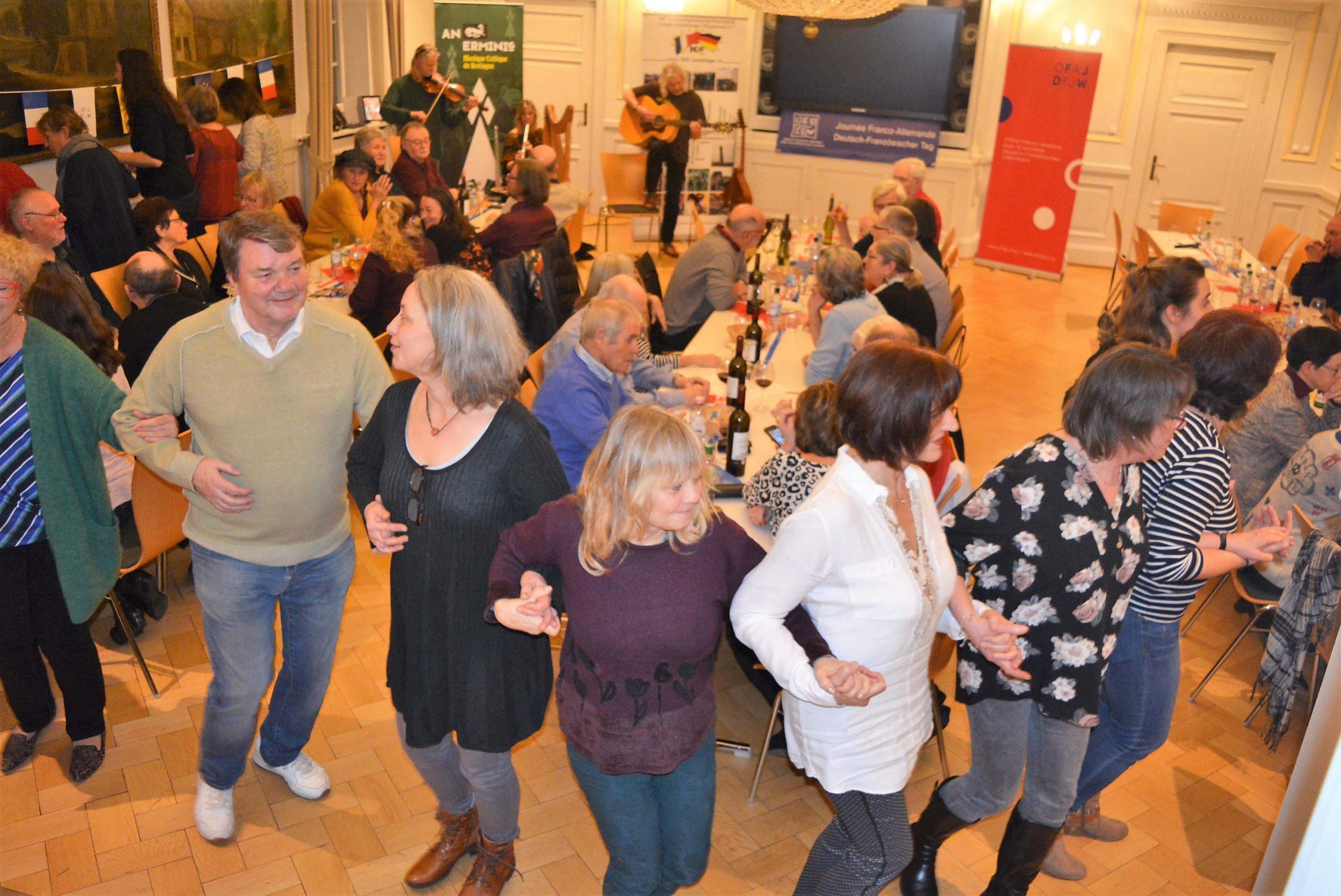 Les amis du Jumelage dansent lors de la soirée franco-allemande au château de Neckarhausen