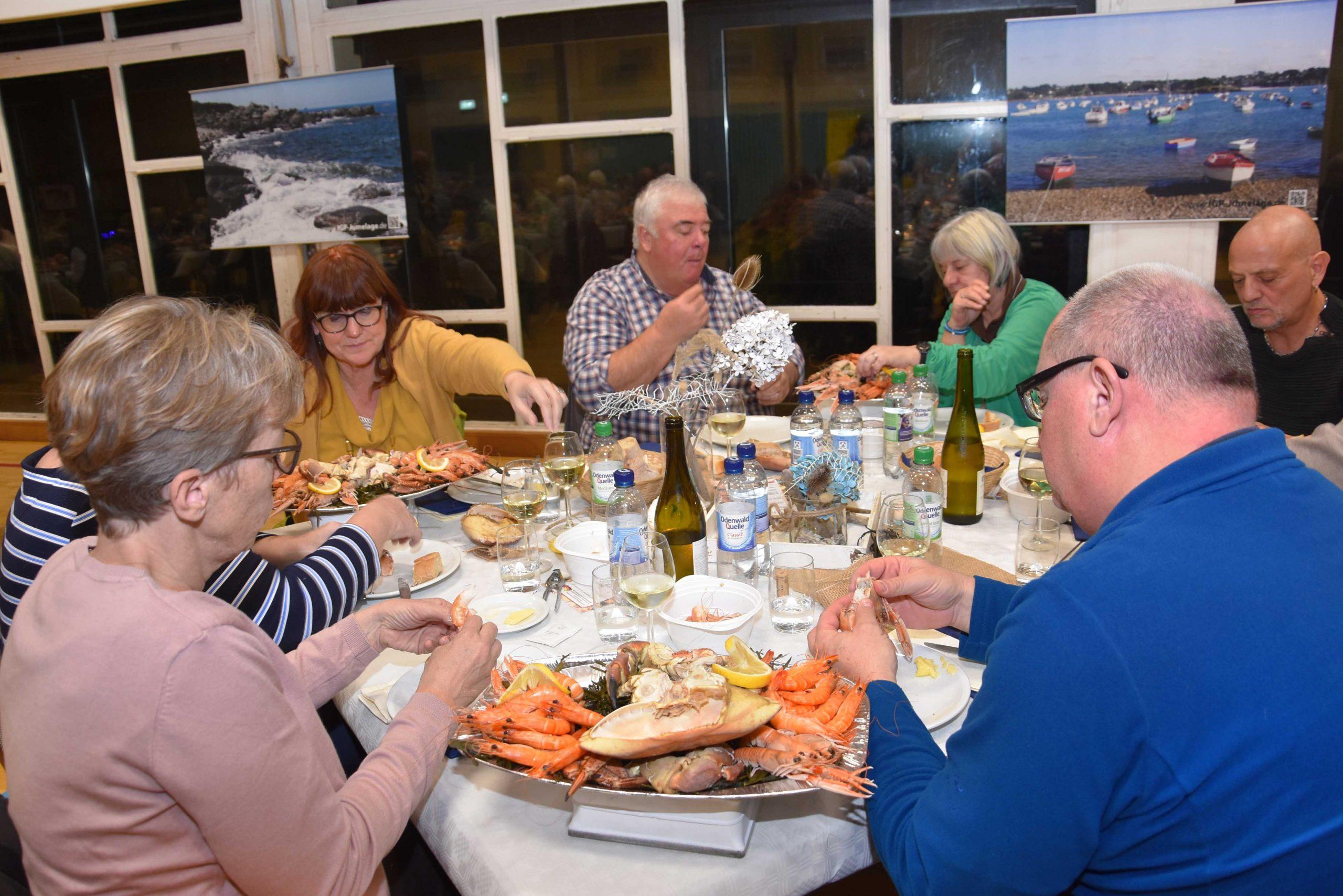 Les adhérents de l'IGP e.V. participent à la soirée de fruits de mer.