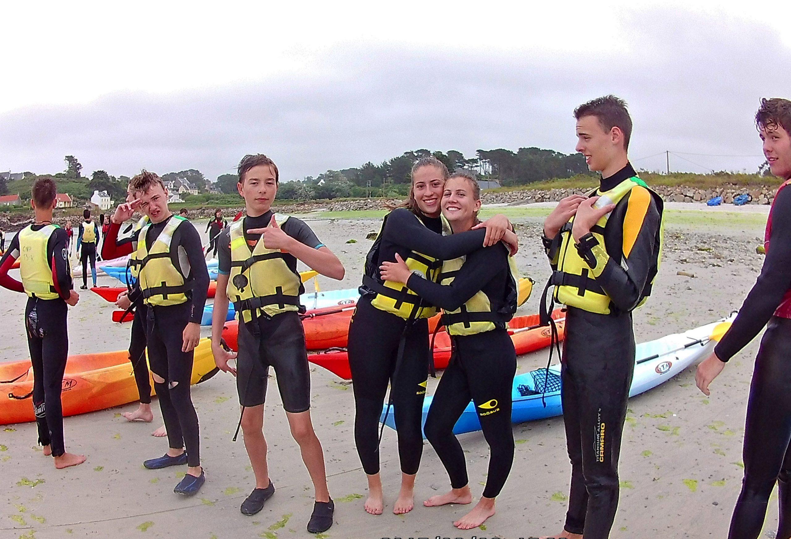 Die Jugend der Partnerschaft probiert das Kanu
