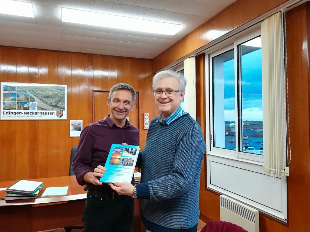 Erwin Hund erhält das von der IGP e.V. verfasste und herausgegebene Buch über Partnerschaft zwischen Plouguerneau und Neckarhausen.